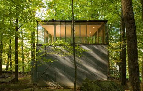 minihaus aus beton und stahl eine kleine festung im wald tiny houses. Black Bedroom Furniture Sets. Home Design Ideas