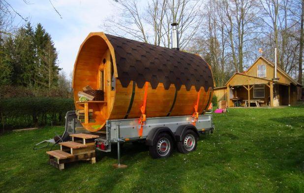mobiles Saunafass am Seeufer